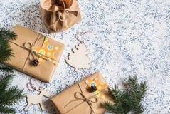 background colors holiday red yellow Σπιτικές δώρα και διακοσμήσεις Χριστουγέννων στο ελαφρύ υπόβαθρο Στοκ Φωτογραφία