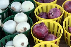 White and red onions in baskets Stock Photos