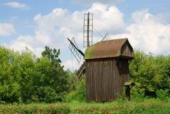 Backgrounf rural avec le moulin à vent Photographie stock libre de droits