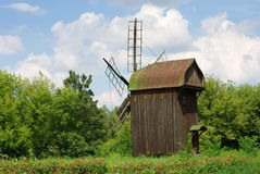 Backgrounf rural con el molino de viento Fotografía de archivo libre de regalías
