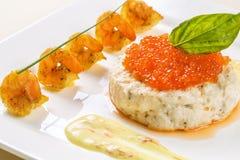 Backgrounfod brood en boter met rode kaviaar Iets met rode cawiar Schotel met rode kaviaar en saus Rode bac van het kaviaarclose- Stock Foto