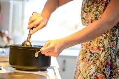 backgroung μαγείρεμα που απομονώνεται πέρα από τη λευκή γυναίκα Στοκ Εικόνες