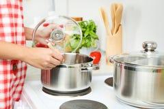 backgroung μαγείρεμα που απομονώνεται πέρα από τη λευκή γυναίκα Στοκ εικόνες με δικαίωμα ελεύθερης χρήσης