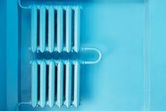 Backgroung azul del monohrome abstracto con los radiadores viejos en la pared Fotos de archivo libres de regalías