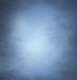 Backgroung bild av en djupblått rök och ljus Arkivfoto