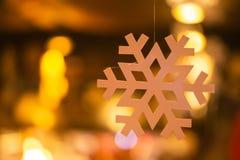 Backgroung van de lichten van de Kerstmisslinger op de houten vloer royalty-vrije stock afbeeldingen