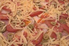Backgroung van witte geraspte kaas, tomaten, olijven wordt gemaakt die Stock Foto