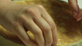 backgroungmatlagning som isoleras ?ver den vita kvinnan stock video