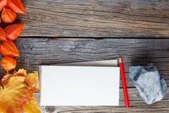 Backgrount de cadre de chute avec le carnet à dessins pour des notes Images libres de droits