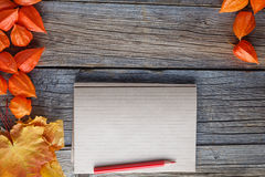 Backgrount de cadre de chute avec le carnet à dessins pour des notes Image stock
