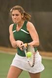 backhand- kvinnligmatchspelare smiskar tennis Royaltyfria Bilder