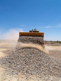 backhoe καταγράφοντας αμμοχάλικο στοκ εικόνες με δικαίωμα ελεύθερης χρήσης