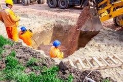 Backhoe χύνει το αμμοχάλικο στην τάφρο στο εργοτάξιο οικοδομής στοκ εικόνες με δικαίωμα ελεύθερης χρήσης