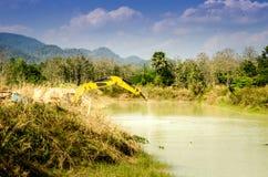 Backhoe выкапывает грязь в пруде стоковые фотографии rf