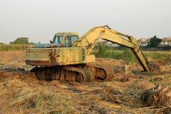 Backhoe выкапывал яму земля стоковые фото