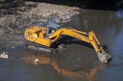 Backhoe работая в реке стоковые фотографии rf