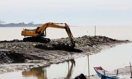 Backhoe работая на реке стоковые фотографии rf