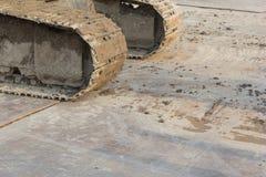 Грязные колесо и грязь backhoe на колесе стоковая фотография rf