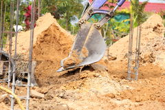 Backhoe arbeid die in bouwwerf werken stock foto