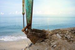 Backhoe na praia que faz a construção Fotos de Stock