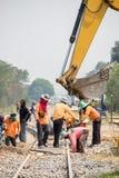 Backhoe- och arbetarförbättringskonstruktion av järnvägen royaltyfria foton