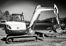 Backhoe que trabalha na praia B&W Fotos de Stock Royalty Free