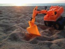 Backhoe speelgoed op het strand Royalty-vrije Stock Fotografie