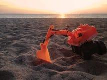 Backhoe speelgoed op het strand Royalty-vrije Stock Foto's