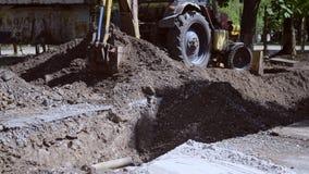 Backhoe stapelt omhoog het grondclose-up op Oude tractor in het onderhoudswerk stock footage