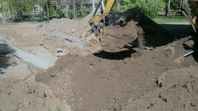 Backhoe stapelt omhoog het grondclose-up op Oude tractor in het onderhoudswerk stock videobeelden