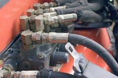 backhoen hoses hydrauliskt Arkivbild