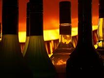 backlight разливает помеец по бутылкам Стоковые Фото