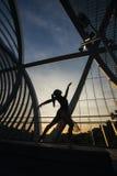 Backlight Bild eines Frauentanzenballetts auf einer Brücke Lizenzfreies Stockbild
