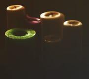 Backlight die groep diverse kaarsen omvatten Stock Foto's