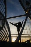 Backlight Form einer Frau, die klassisches Ballett auf einer Brücke tanzt Lizenzfreie Stockfotos