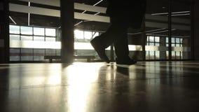 Backlight la siluetta dell'uomo di mistero che cammina davanti alla grande finestra Fine in su stock footage