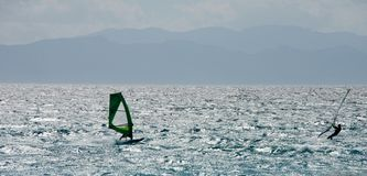 Backlight la vista sul mare con la siluetta di un fare windsurf di due persone Fotografia Stock Libera da Diritti