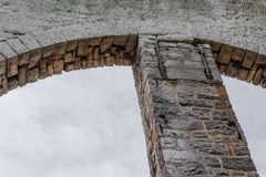 Backlight na kamienia i cegły otwartych archways przeciw szaremu niebu obrazy royalty free
