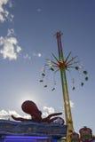 Backlight på den octopussy och höga karusellen på Oktoberfest, Stuttga Royaltyfri Bild