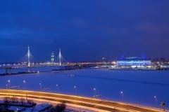 Backlighting ночи остался мостом и футбольным стадионом в зиме Стоковые Изображения RF