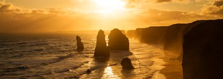 Backlit заход солнца 12 апостолов золотистый Стоковые Изображения RF