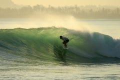 backlit серфер mentawai Индонесии бочонка Стоковая Фотография RF