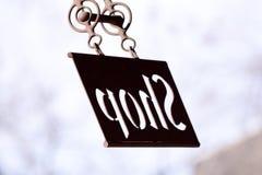 Backlit artisanaal die Winkelteken van metaal wordt gesneden stock foto's