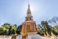 Backlit beeld, zonsopgang, pagode, Thaise tempel, Boeddhistische godsdienst, heldere hemel stock afbeelding