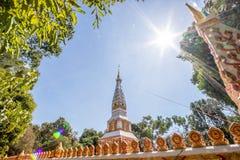 Backlit beeld, zonsopgang, pagode, Thaise tempel, Boeddhistische godsdienst, heldere hemel royalty-vrije stock afbeelding