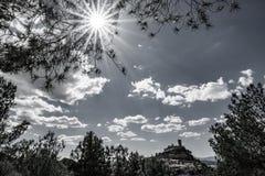 Backlit do castelo sobre o monte com raio do sol ilumina-se Fotos de Stock Royalty Free