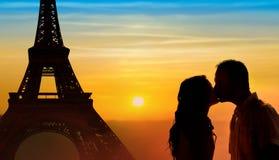 Backlit kochający para miesiąc miodowy w Paryż fotografia stock