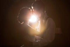 Backlit lyckliga precis maried par arkivbild