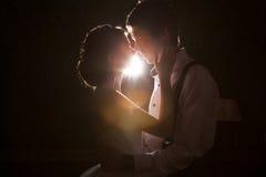Backlit lyckliga precis maried par fotografering för bildbyråer