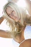 Backlit Sexy Blond Meisje in Witte Bikini Royalty-vrije Stock Foto